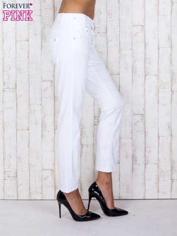 Białe jeansowe spodnie z przetarciami i guzikami                                  zdj.                                  3