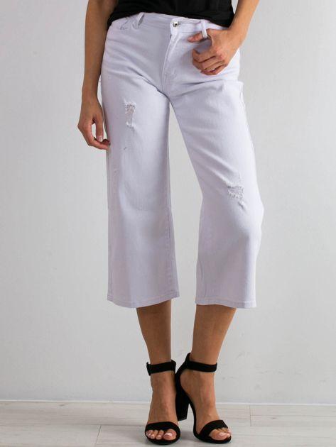 Białe jeansy Reasons