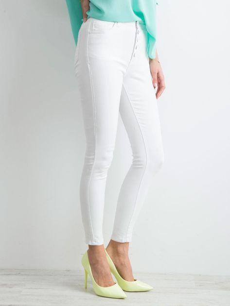 Białe jeansy high waist                              zdj.                              3
