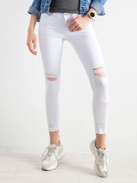 Białe jeansy skinny z dziurami                              zdj.                              1