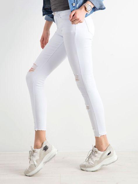 Białe jeansy skinny z dziurami                              zdj.                              3