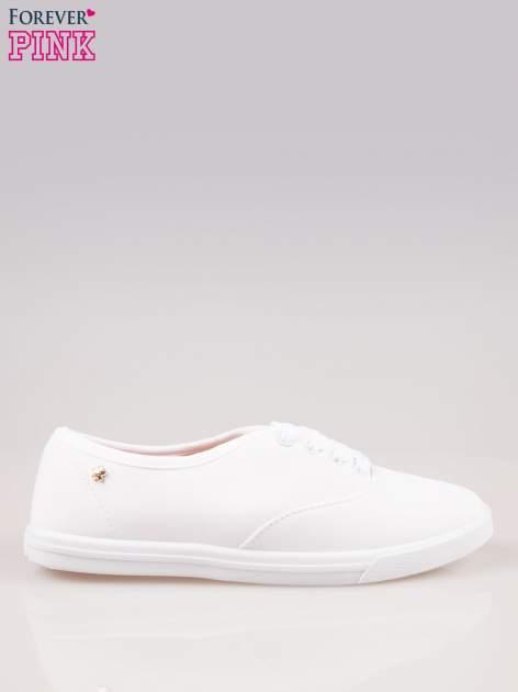 Białe klasyczne trampki damskie na białej podeszwie