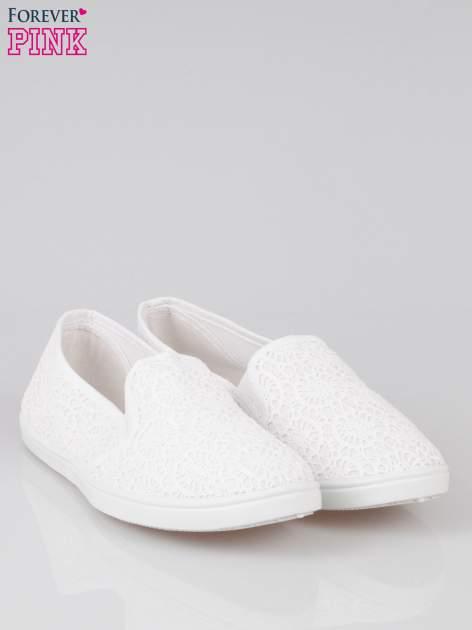 Białe koronkowe buty slip on                                  zdj.                                  2