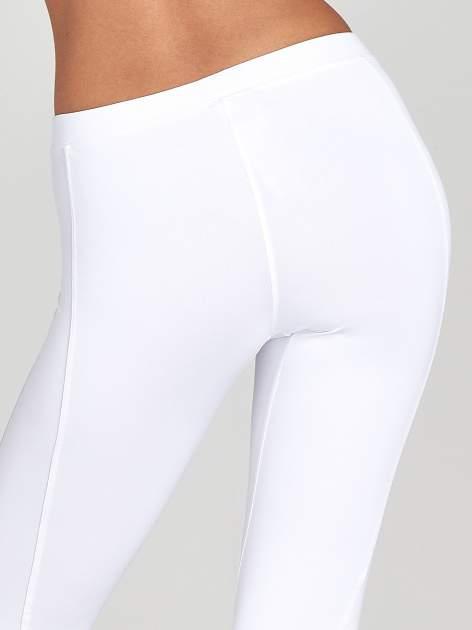 Białe legginsy sportowe termalne z drapowaniem                                  zdj.                                  4