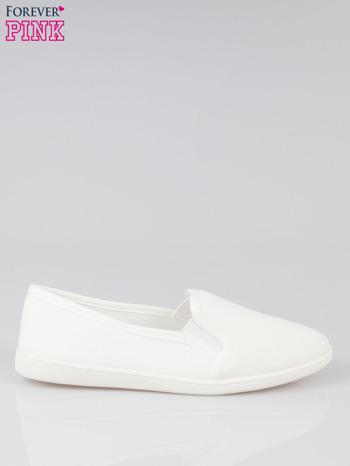 Białe lekkie buty sliponki