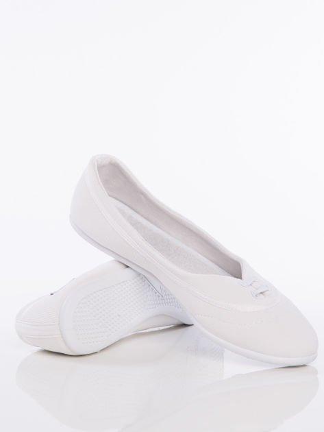 Białe materiałowe baleriny Cushy Court ze sznurówkami i białą podeszwą                                  zdj.                                  4