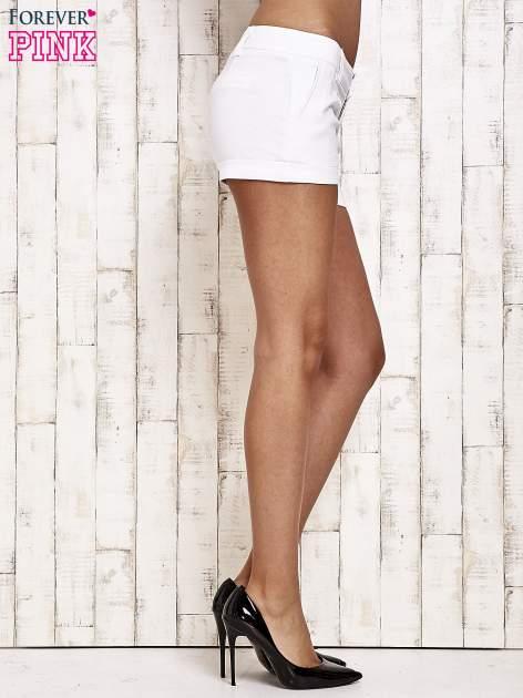 Białe materiałowe szorty z podwijaną nogawką                                  zdj.                                  4