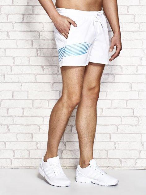 Białe męskie szorty kąpielowe z nadrukiem                              zdj.                              2