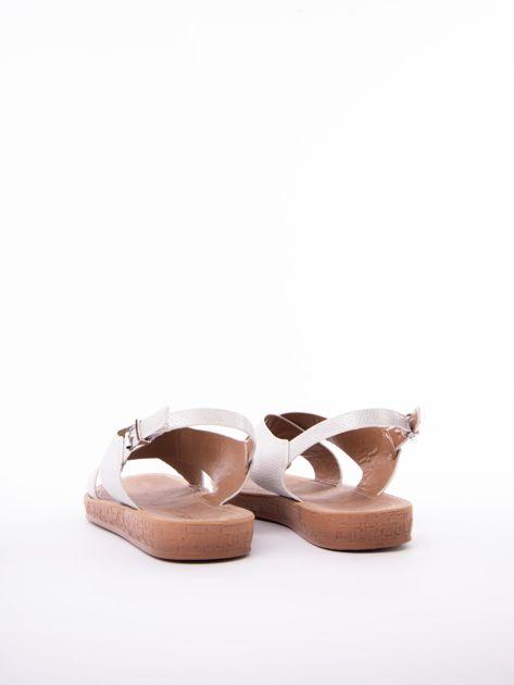 Białe sandały Mulanka z tłoczoną fakturą                               zdj.                              4
