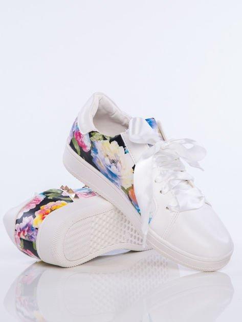 Białe skórzane trampki z ozdobnymi ćwiekami i kwiatowym motywem na boku cholewki                              zdj.                              4