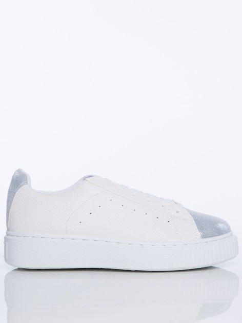 Białe skórzane trampki ze srebrną wstawką nad piętą i przodem buta