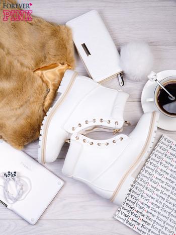 Białe skórzane traperki leather Fancy ze złotym suwakiem i dodatkami                                  zdj.                                  2