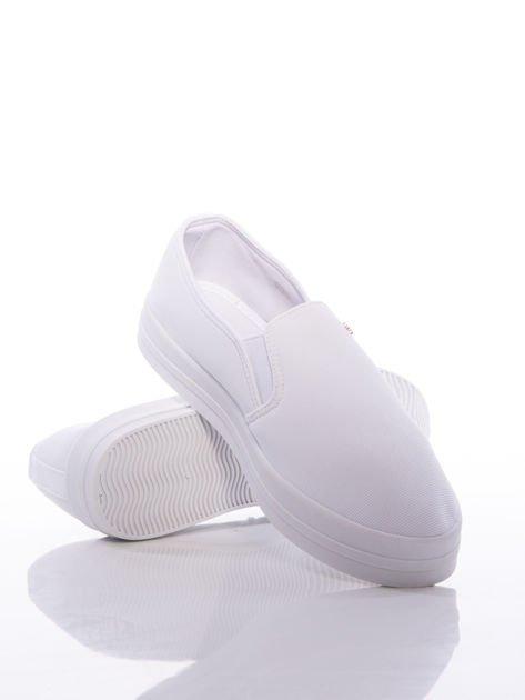 Białe slipony z gumkami po bokach na grubej platformie                              zdj.                              4