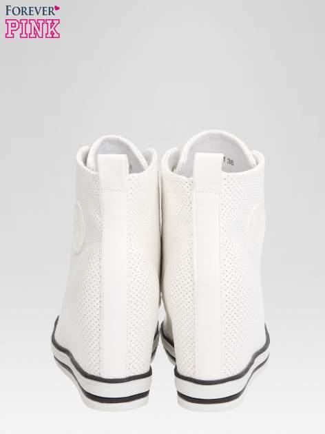 Białe sneakersy damskie z siateczką                                  zdj.                                  3