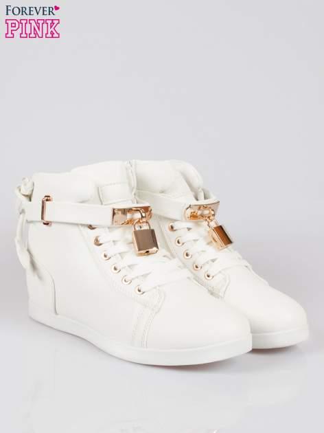Białe sneakersy damskie ze złotą kłódką                                  zdj.                                  2