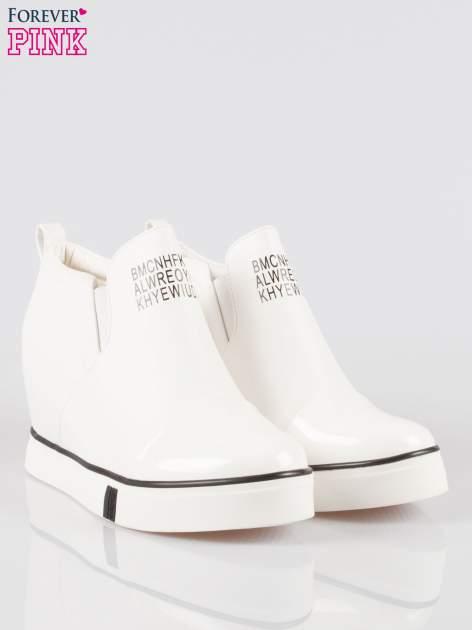 Białe sneakersy trampki na koturnie z lakierowanym czubkiem                                  zdj.                                  2