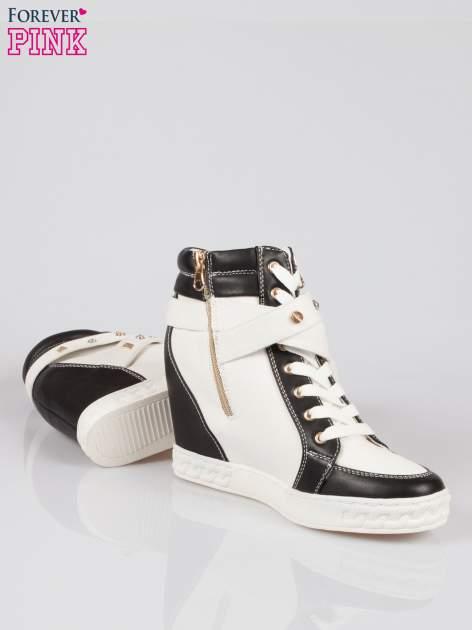 Białe sneakersy z dżetami i suwakiem                                  zdj.                                  4