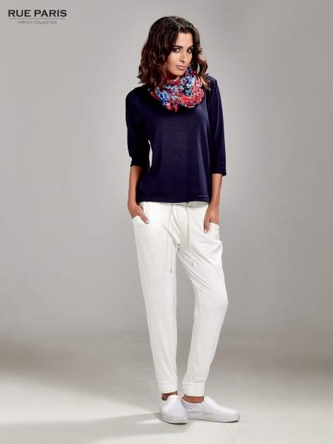 Białe spodnie dresowe ze zwężanymi nogawkami z efektem połysku                                  zdj.                                  8
