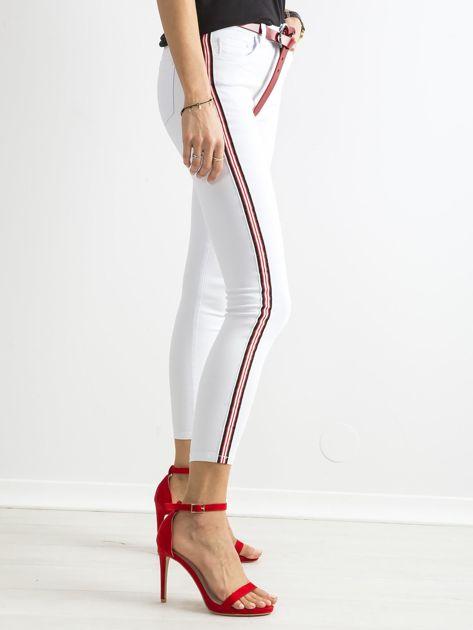 Białe spodnie jeansowe skinny z lampasami                              zdj.                              3