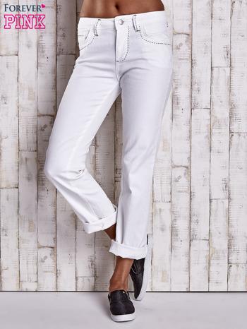 Białe spodnie regular jeans z ciemniejszymi naszyciami