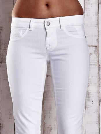 Białe spodnie regular jeans z napami                                  zdj.                                  4