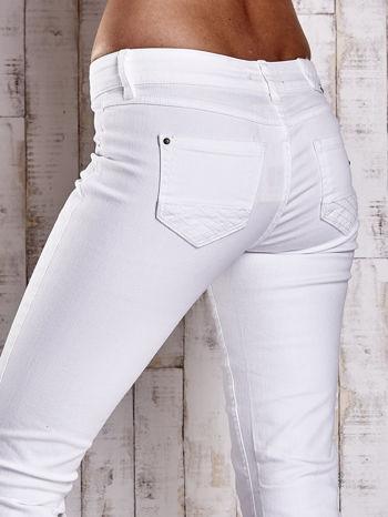 Białe spodnie regular jeans z napami                                  zdj.                                  6