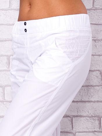 Białe spodnie sportowe capri z guzikami                                  zdj.                                  4