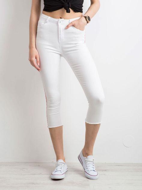 Białe spodnie z czerwonym lampasem                              zdj.                              3