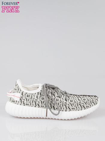 Białe sportowe buty z czarnym nadrukiem