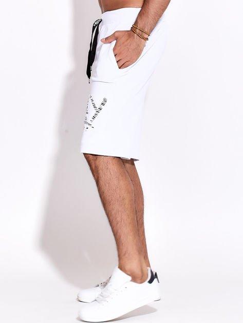 Białe szorty męskie sportowe z kieszeniami i aplikacją                              zdj.                              5