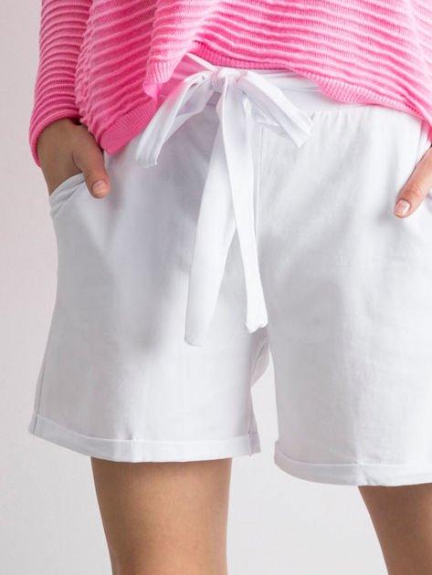 Białe szorty z paskiem
