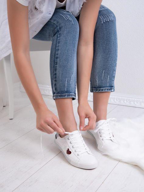 Białe tenisówki Kylie z kolorowymi serduszkami                               zdj.                              1