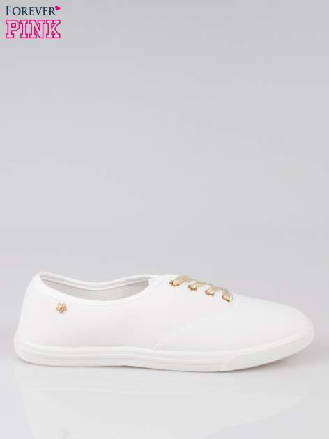 Białe tenisówki ze złotymi sznurowadłami