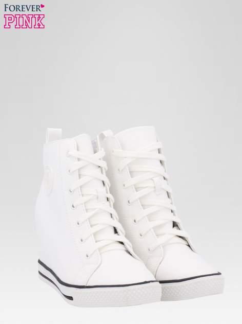 Białe trampki na koturnie w stylu sneakersów                                  zdj.                                  2
