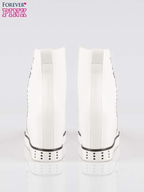 Białe trampki na koturnie z nadrukiem tekstowym                                  zdj.                                  3