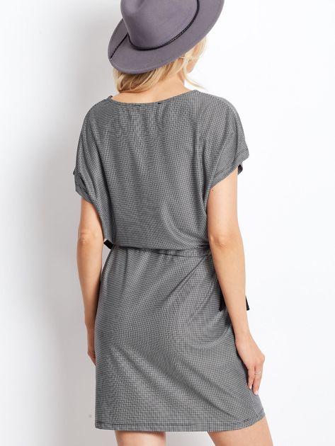 Biało-czarna sukienka w kratę z wiązaniem                              zdj.                              2