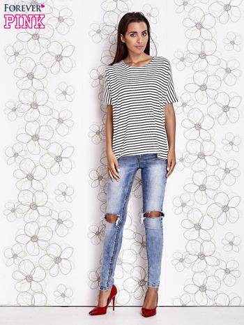 Biało-czarny t-shirt w paski z ozdobnym dekoltem na plecach                                  zdj.                                  2