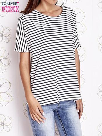 Biało-czarny t-shirt w paski z ozdobnym dekoltem na plecach                                  zdj.                                  1