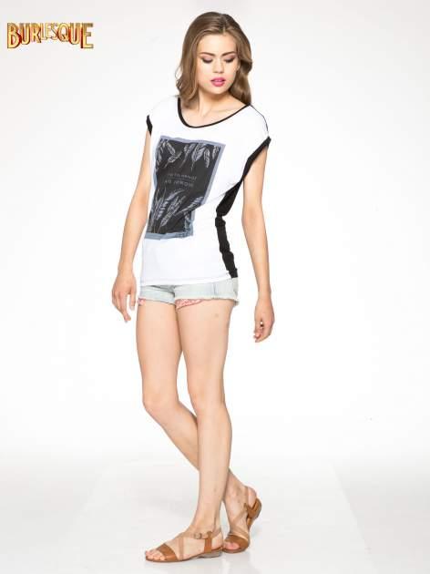 Biało-czarny t-shirt z nadrukiem piórek zdobionych dżetami                                  zdj.                                  2