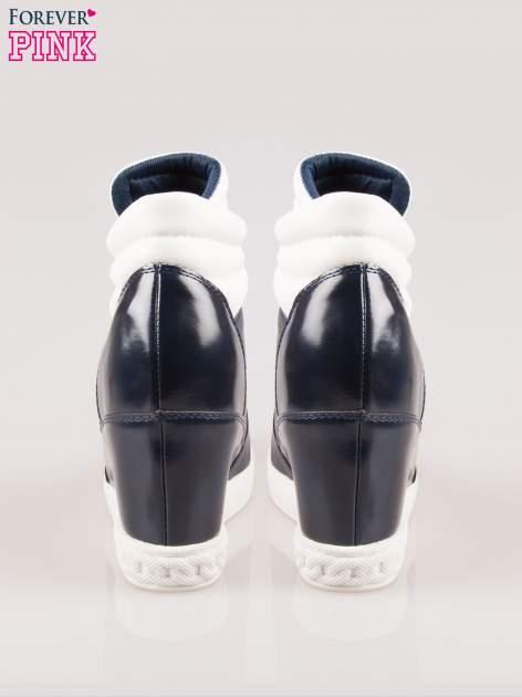 Biało-granatowe sneakersy z ażurowym wzorem                                  zdj.                                  3