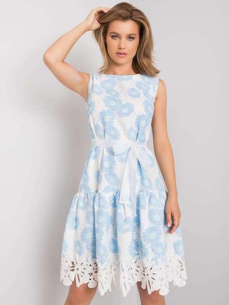 Biało-niebieska sukienka w kwiatowy wzór Rousey