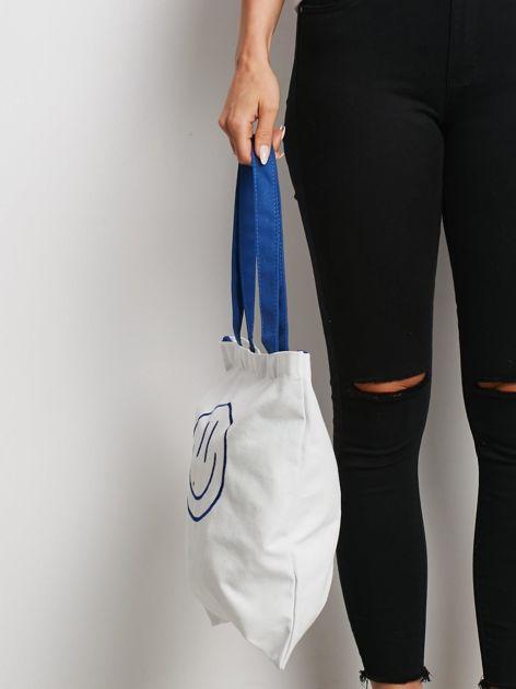 Biało-niebieska torba materiałowa z haftem                              zdj.                              2