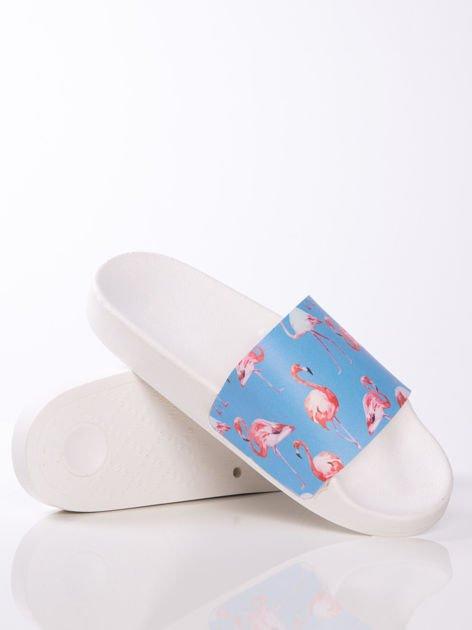 Biało-niebieskie klapki z ozdobnym nadrukiem w flamingi                               zdj.                              4