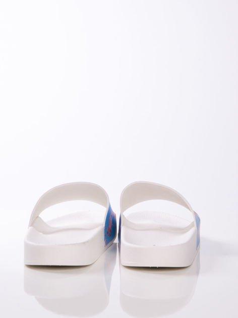Biało-niebieskie klapki z ozdobnym nadrukiem w flamingi                               zdj.                              3