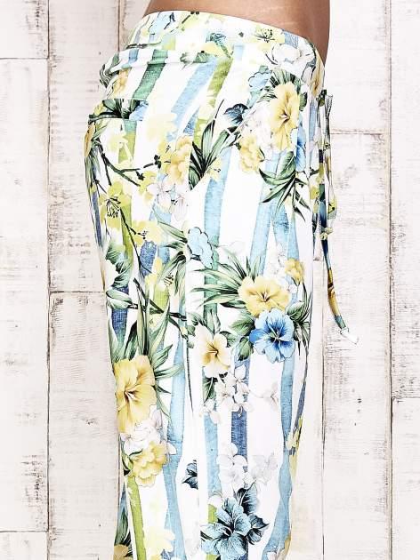 Biało-niebieskie lejące spodnie z kolorowymi paskami                                  zdj.                                  6