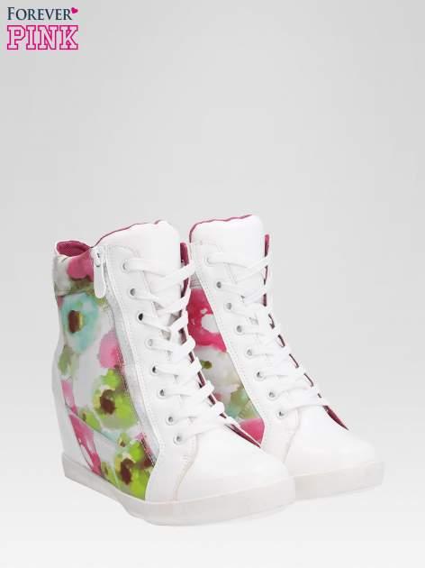 Biało-różowe sneakersy damskie z motywem floral                                  zdj.                                  2