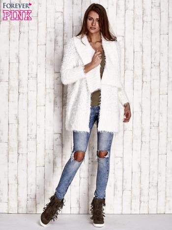 Biały asymetryczny sweter z szerokim kołnierzem                                  zdj.                                  4