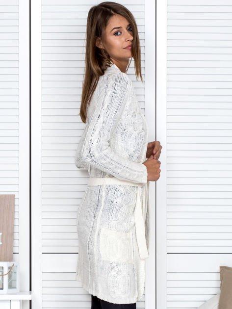 Biały ażurowy długi sweter typu kardigan z paskiem                                  zdj.                                  5
