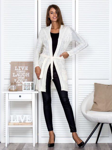 Biały ażurowy długi sweter typu kardigan z paskiem                                  zdj.                                  4