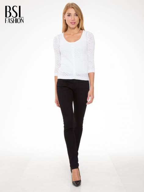Biały ażurowy sweter kardigan na guziki                                  zdj.                                  2